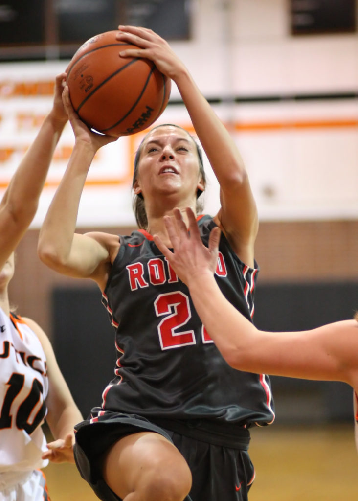 Amber Flinn, #21, makes an uncontested lay-up early in the first period. (Photo by Mike Nicley)
